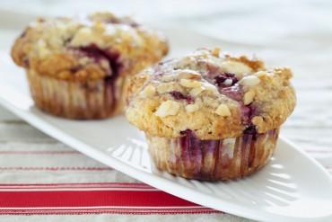 Himbeer-Macadamia-Muffins mit weißer Schokolade