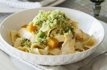 Nudelgericht: Fettuccine mit Kürbis, Hähnchen und Macadamia-Parmesan-Gremolata