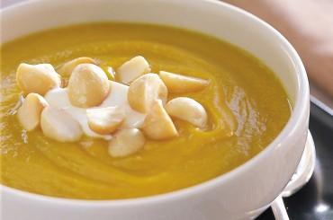 Kürbissuppe mit knackigen Macadamia Nüssen