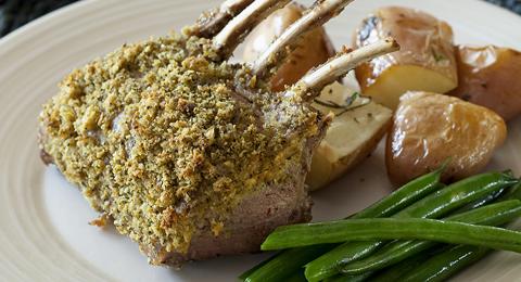 Osterrezept für Lamm mit Macadamia-Kräuter-Kruste