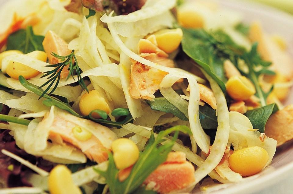 Salat mit Macadamia Nüssen, Fenchel und Lachs