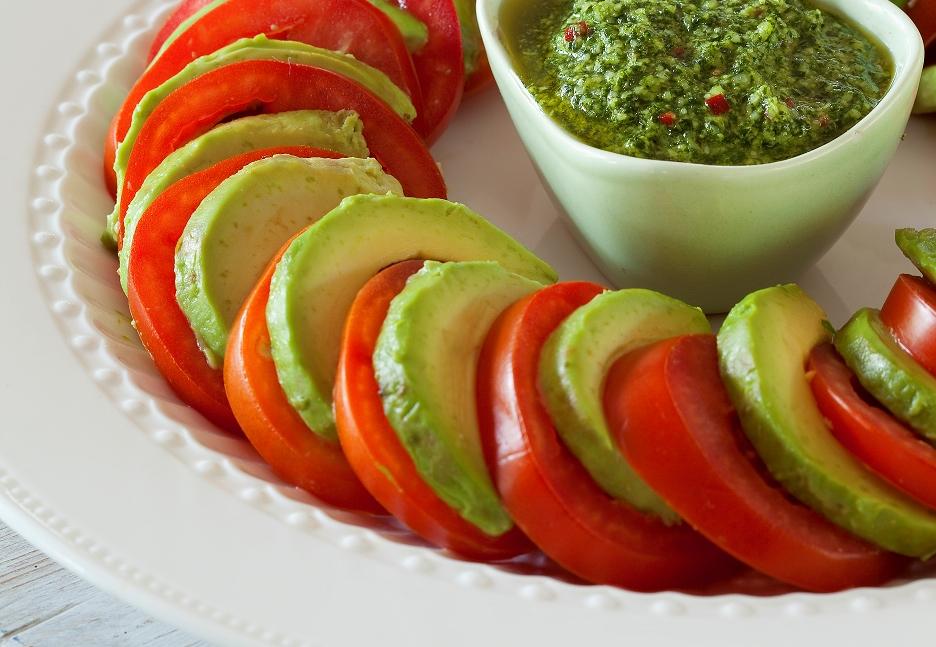Tomaten-Avocado-Salat mit Macadamia-Koriander-Dressing