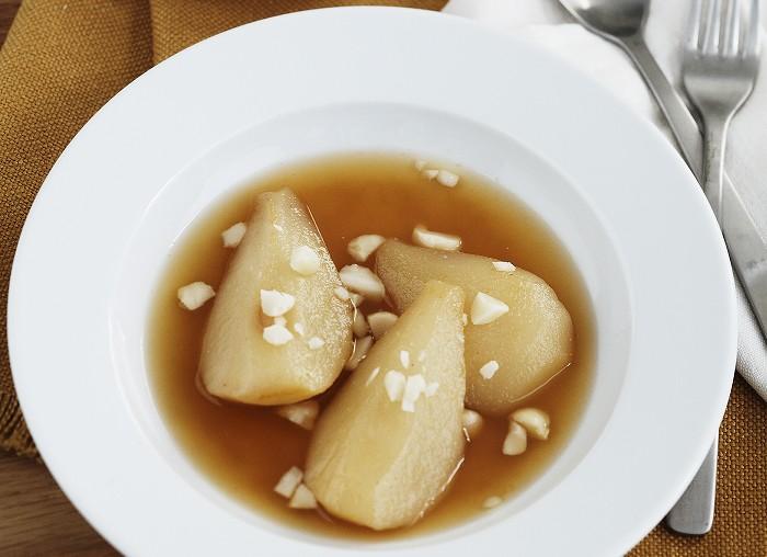 Herbst-Rezept: Gebackene Birnen mit Macadamias in Orangen-Ingwer-Sirup