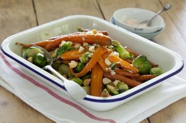 Warmer Beilagensalat aus Honig-Babykarotten, Rosenkohl und Macadamias