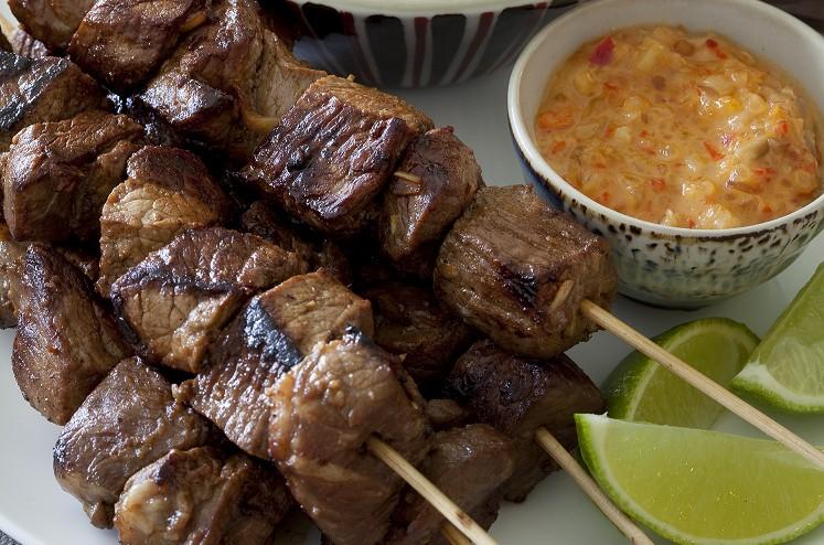 Rindfleischspieße mit Macadamia-Chili-Sauce