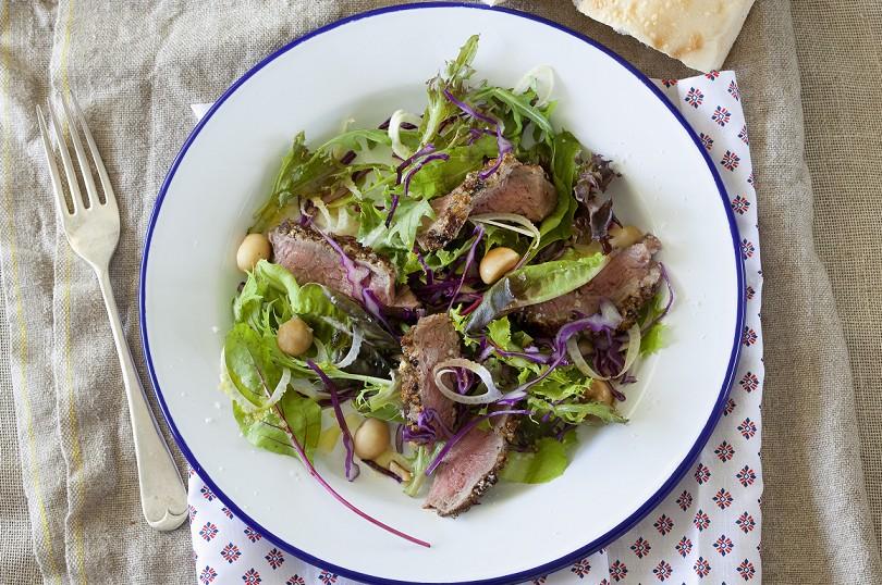 Salat mit gepfeffertem Rinderfilet und gerösteten Macadamias