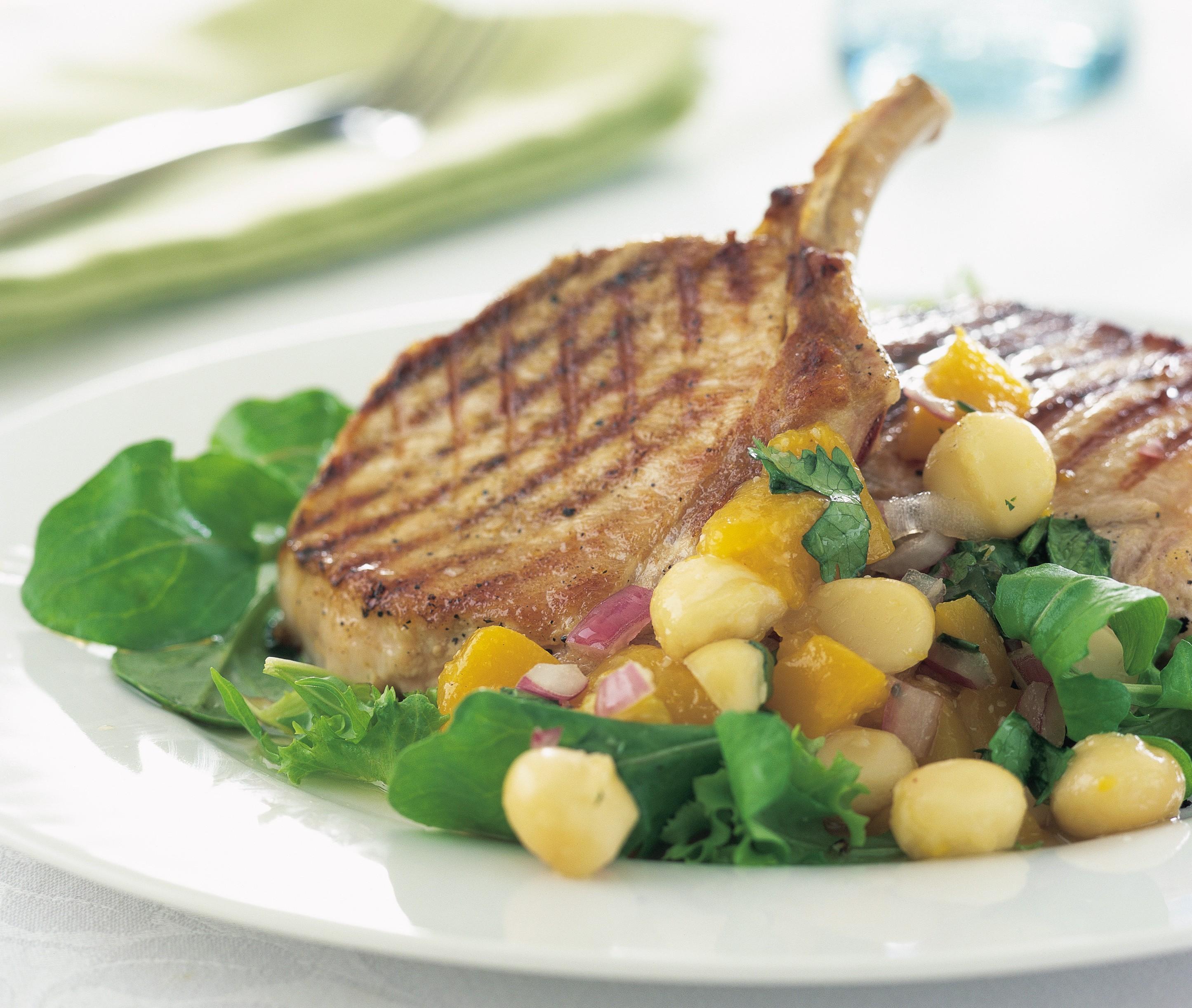 Schweinefilet vom Grill mit Macadamia-Pfirsich-Salsa