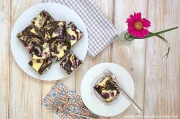 Cheesecake Brownies mit Macadamias und Blaubeeren
