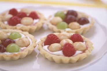 Sommerliche Törtchen mit Macadamias, Ricotta und Früchten