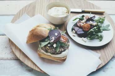 Lamm-Macadamia-Burger mit Macadamia-Aioli und Rote Bete