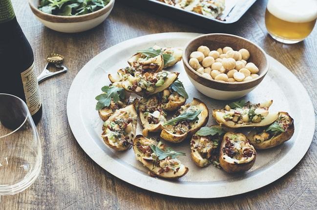 Ofenkartoffeln mit Macadamias, Speck, Rucola und Blauschimmelkäse