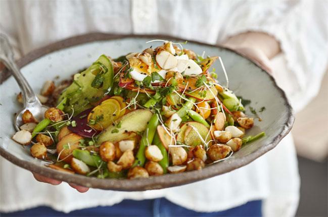 Schichtsalat mit Ingwer Soja Macadamias