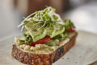 Toast mit Röstknoblauch-Macadamia-Butter und Macadamia-Salsa-verde
