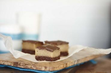 Karamell mit rohen Macadamias und Schokoladenglasur