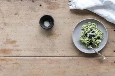 Zucchini Pasta mit Macadamia-Basilikum Pesto