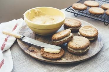 Süß und salzig: Macadamia Kekse mit Macadamia Butter und gesalzener Toffee-Füllung