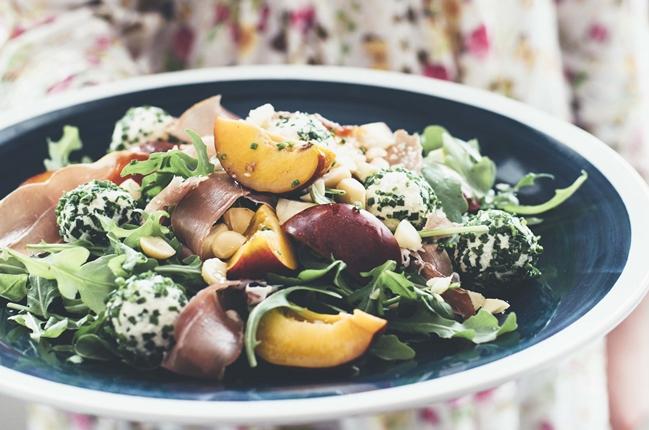 Sommersalat mit Schnittlauchbällen aus herzhaftem Macadamiakäse