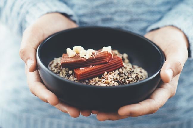 Porridge mit Australischen Macadamias, Quinoa und gebackenem Rhabarber
