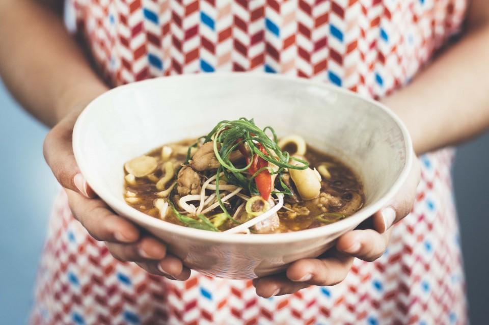 Scharfe Asia-Nudelsuppe mit Hühnerfleisch und Macadamia