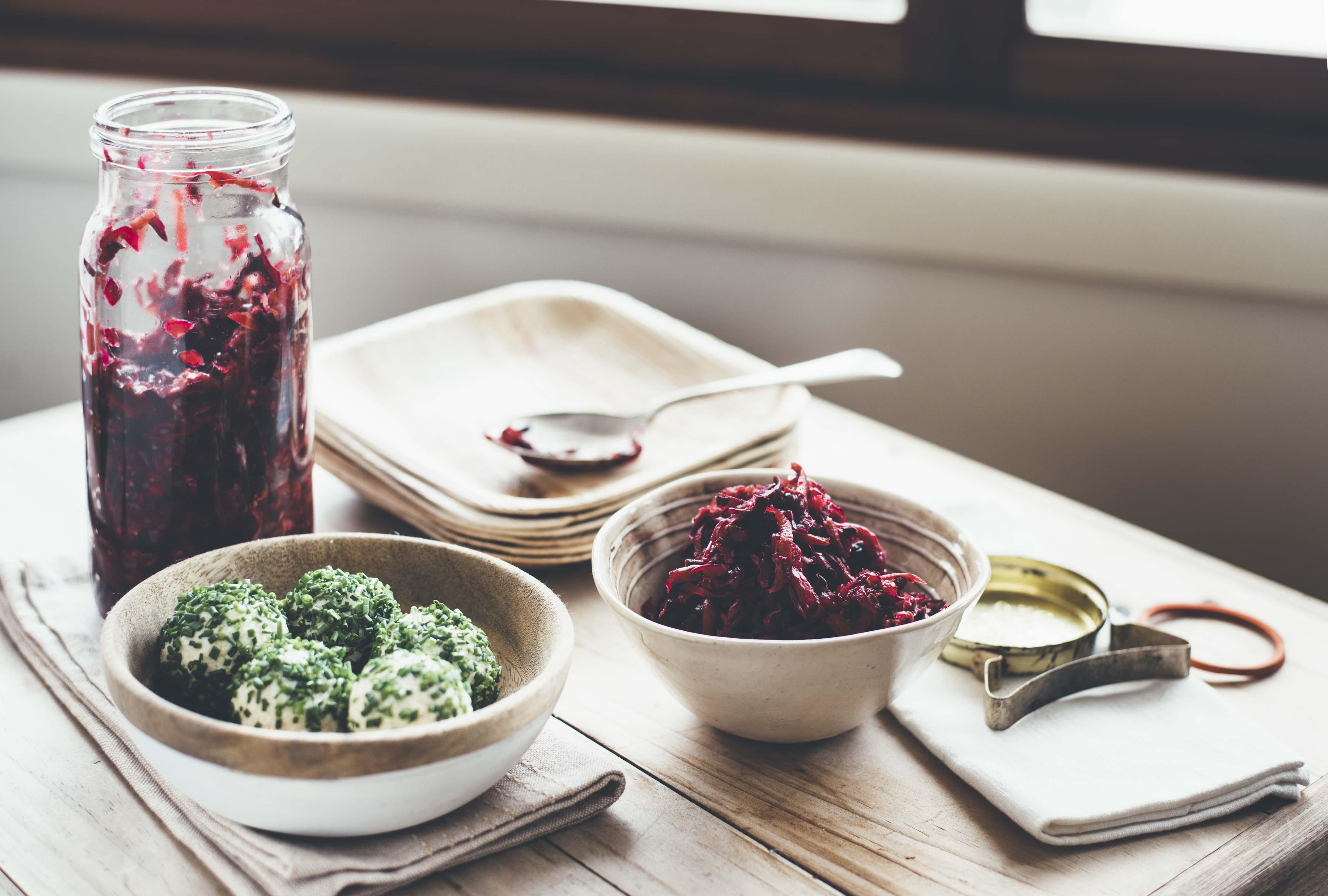 Rotkohl-Gemüsemix mit Macadamiakäse-Schnittlauch Bällchen