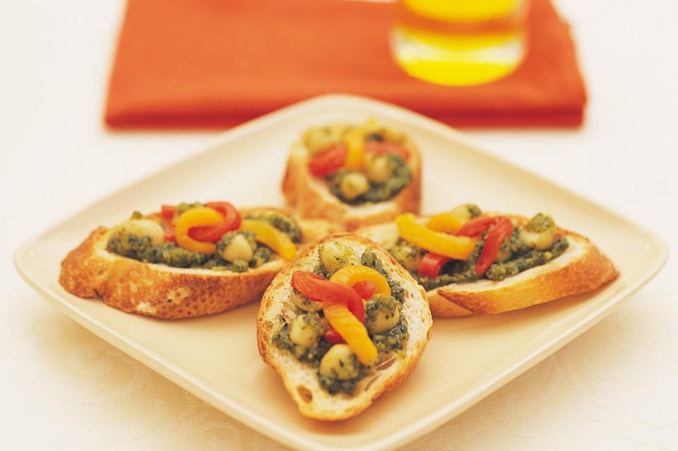 Bruschetta mit Macadamia-Pesto und Paprika