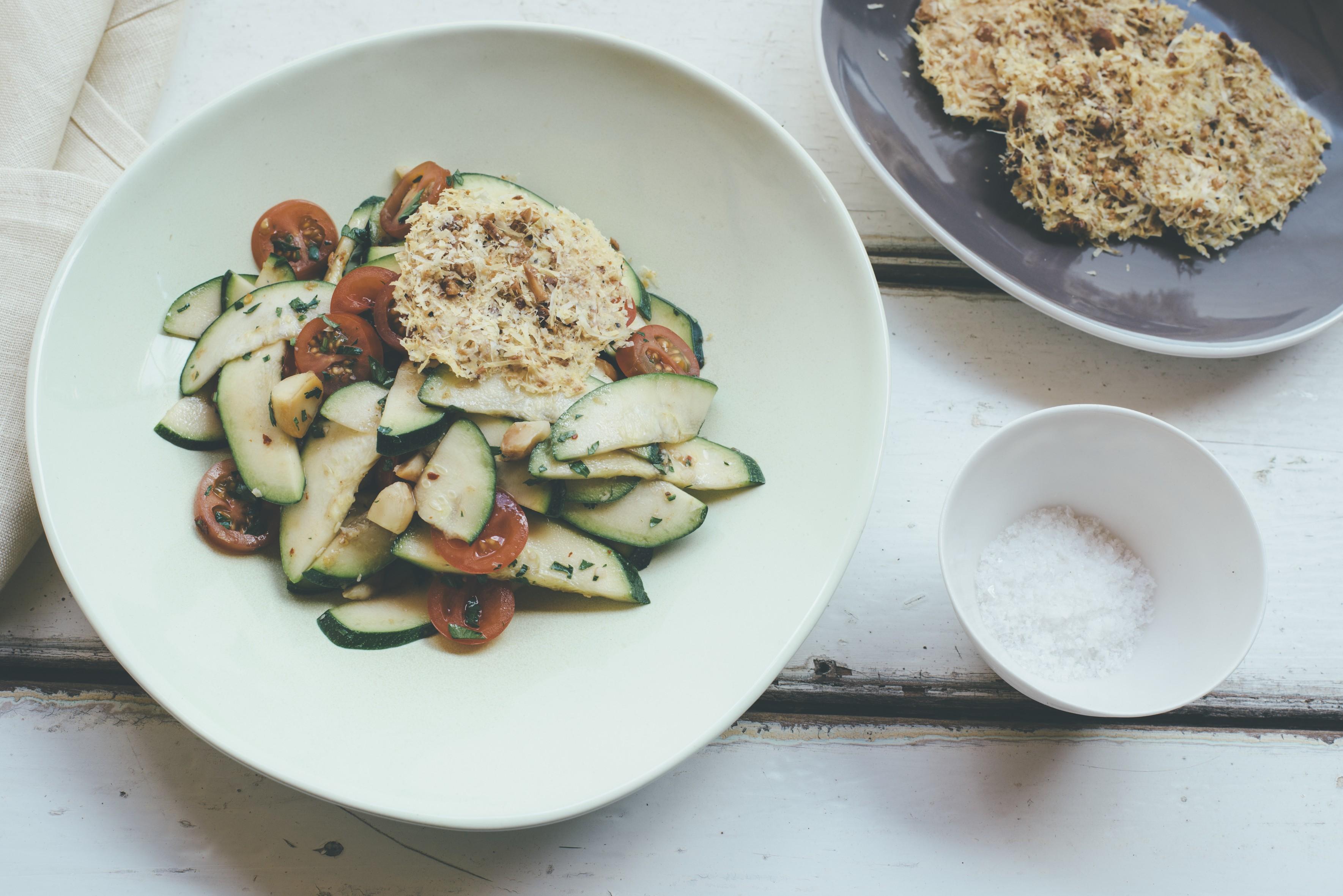 Zucchini-Tomaten-Macadamia Salat mit Parmesanhippen