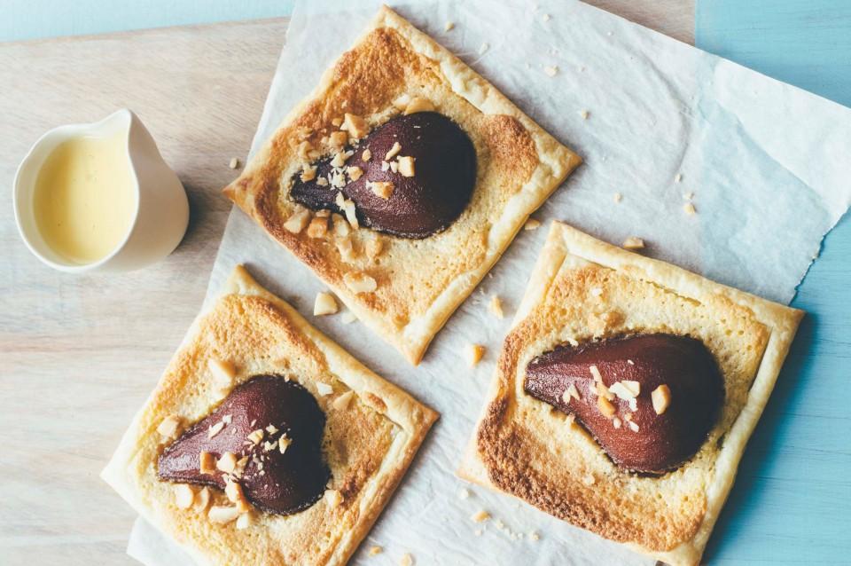 Pochierte Birnen und Macadamia Frangipane-Törtchen mit Frangelico-Creme und gerösteten Honig-Macadamias