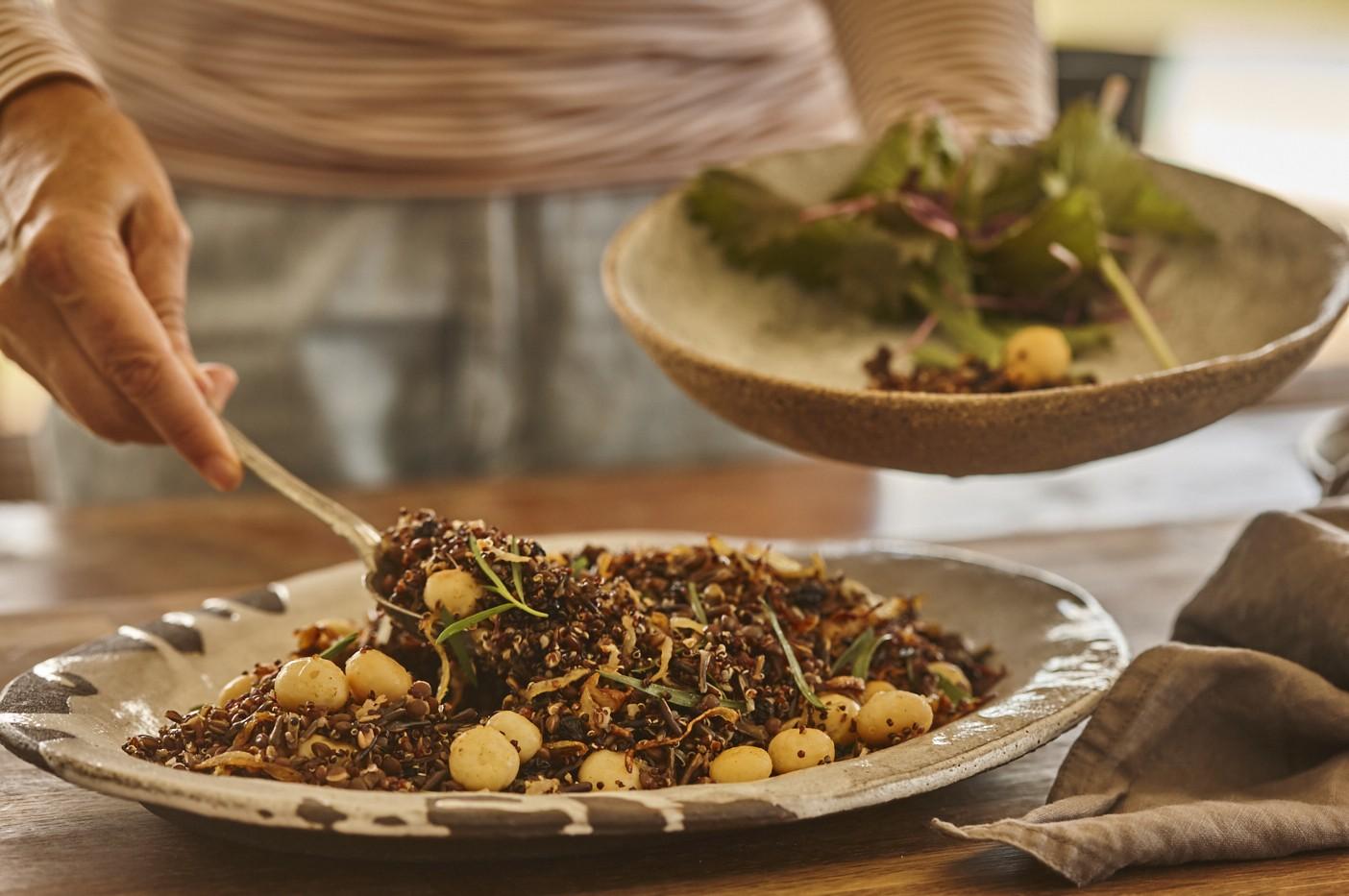 Quinoa-, Wildreis-, Linsen- und Macadamia-Salat