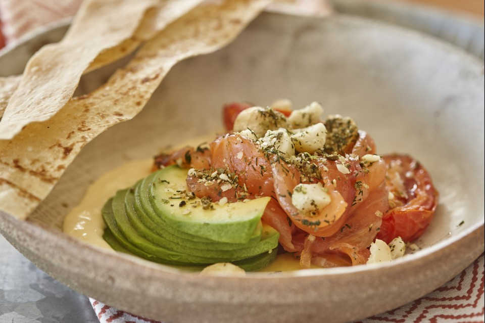 Lachsfrühstück mit Pfefferkörnern, Limette und Dill-Macadamias