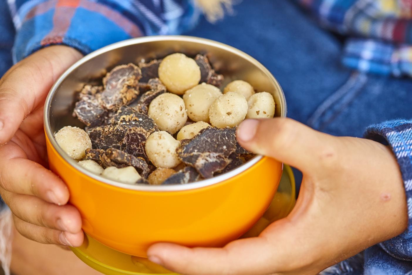 Getrocknetes Rindfleisch mit gesalzene Koriander-Macadamias