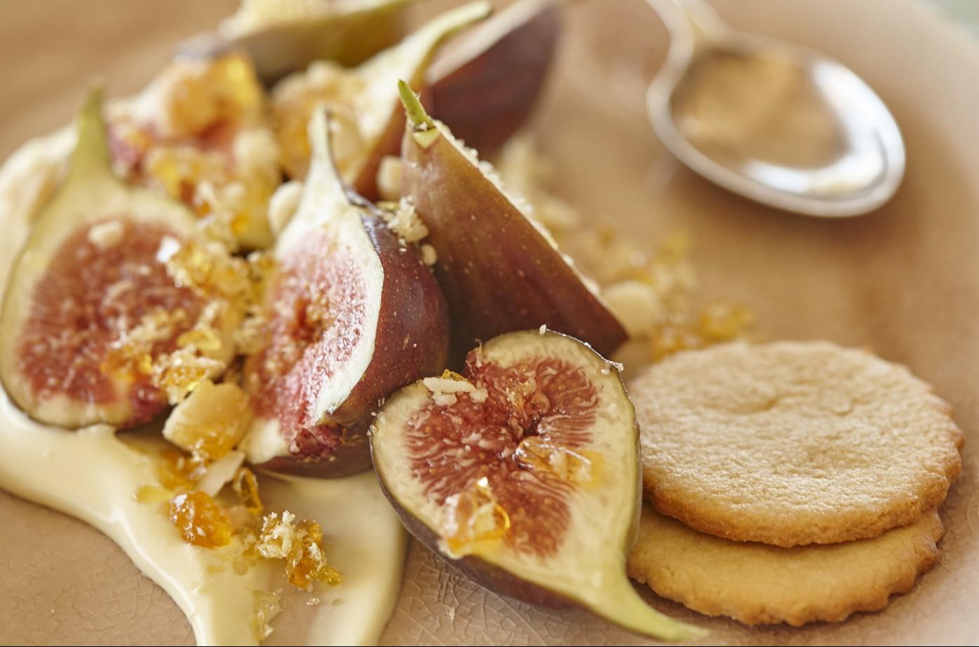 Frische Feigen mit Macadamia-Toffee und Crème Fraîche