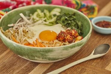 Koreanisches Bibimbap mit Macadamia-Gochujang-Sauce und scharfen Macadamias