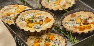Macadamia-Tartelletes mit Kürbis und Blauschimmelkäse