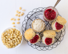Scones mit Chia-Himbeer-Konfitüre und Macadamia-Creme