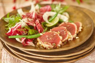 Macadamia-Thunfisch mit Sommersalat und Macadamia-Dressing