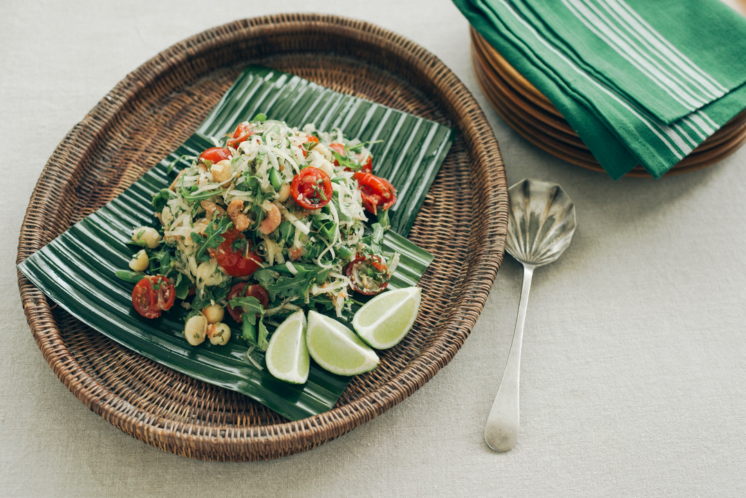 Sommer-Salat mit grüner Papaya und Macadamias