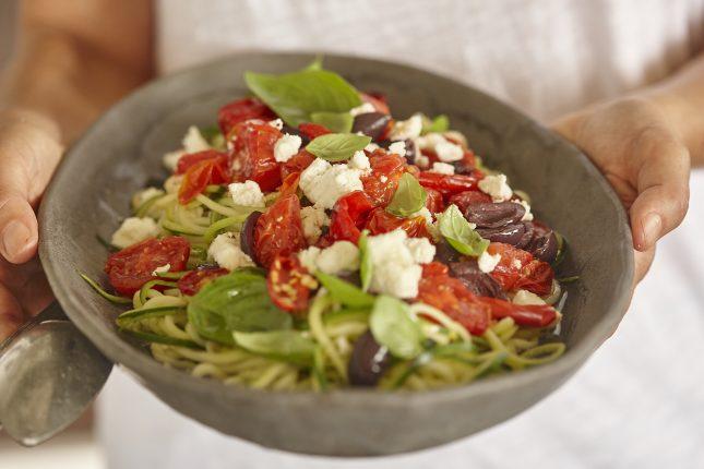 Gebratenes Gemüse auf Zucchininudeln mit Macadamia-Feta