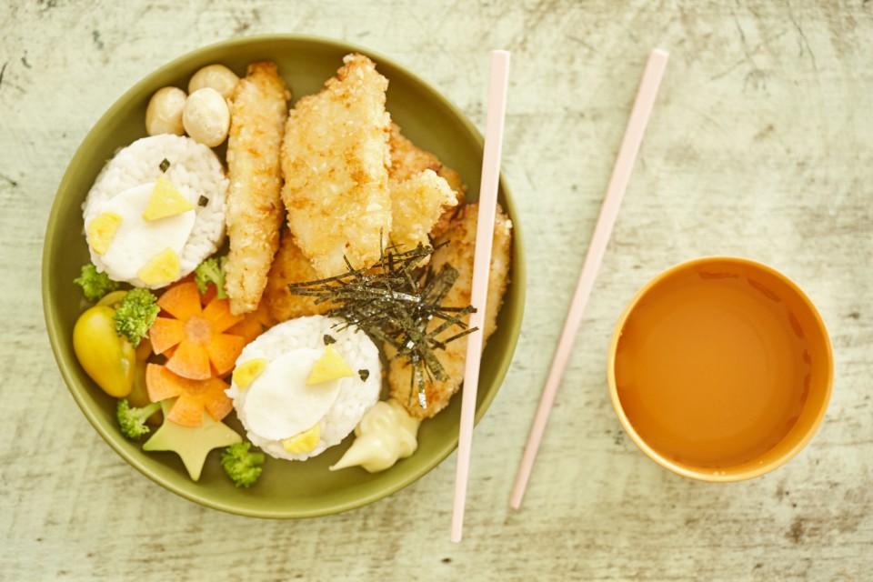 Sushi-Bowl für Kinder mit Macadamia-Hähnchen-Nuggets