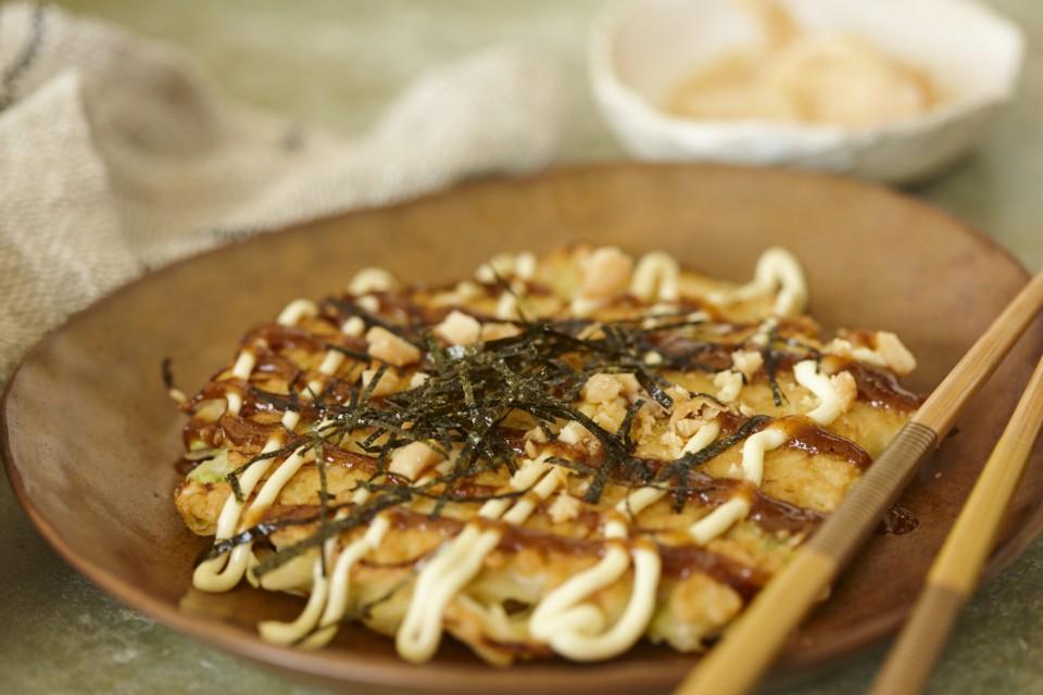Japanischer Kohlpfannkuchen mit Macadamia-Tonkatsu-Sauce
