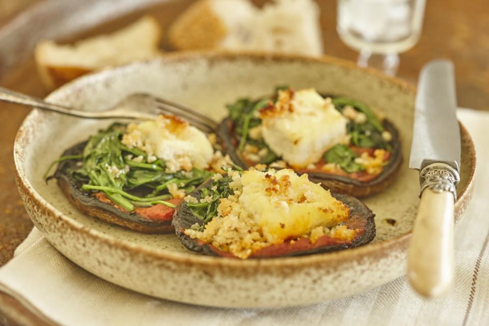 Geröstete Champignons mit Macadamia-Feta, gebratenem Spinat und würziger Tomatensauce