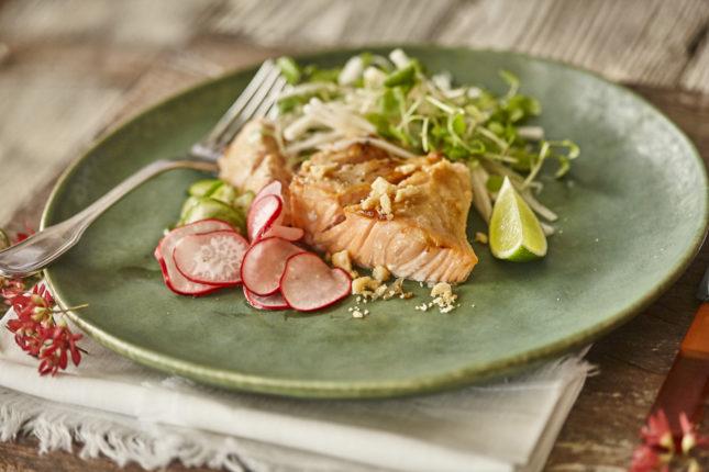 Macadamia und Miso glasierter Lachs mit Gewürzgurken, Salat und veganer Mayonnaise