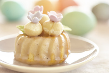 Mini-Gugelhupf mit Macadamia-Ostereiern