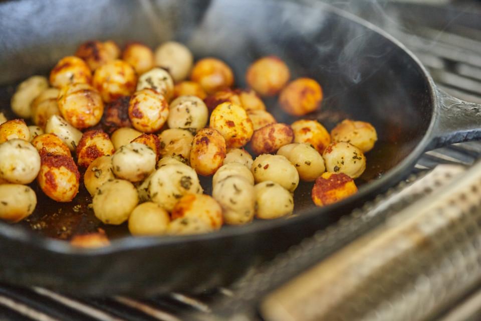 Gewürzte und geräucherte Macadamias vom Grill