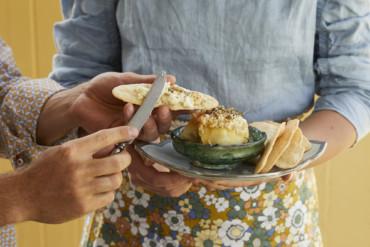 Gebackener Macadamia-Feta mit selbstgemachtem Knäckebrot und Za'atar