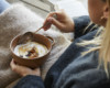 Porridge mit Macadamia-Honig-Sahne