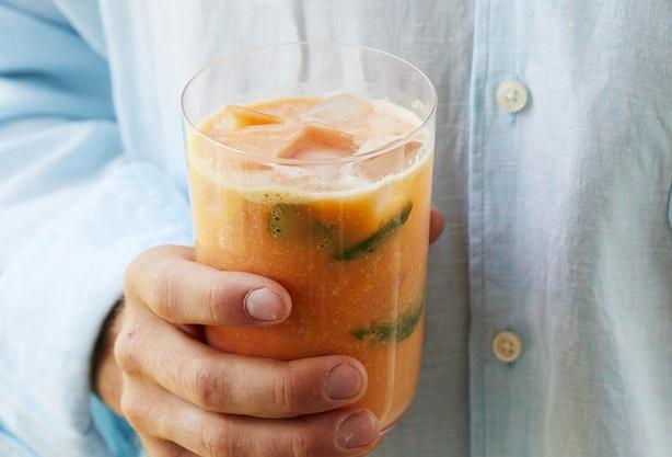 Nährstoffreicher Drink aus Macadamias, Himbeeren und Papaya