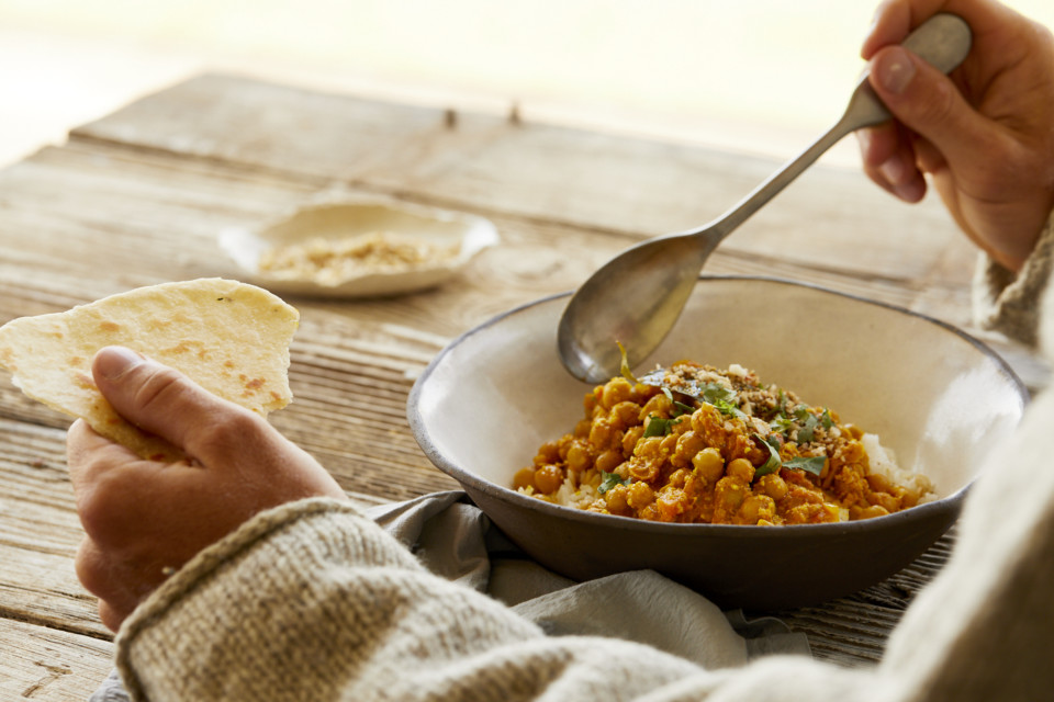 Veganes Macadamia-Kichererbsen-Curry mit Macadamiabrot