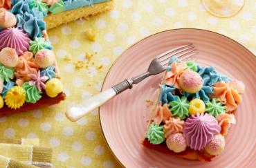 Bunter Kuchen mit glitzernden Macadamias